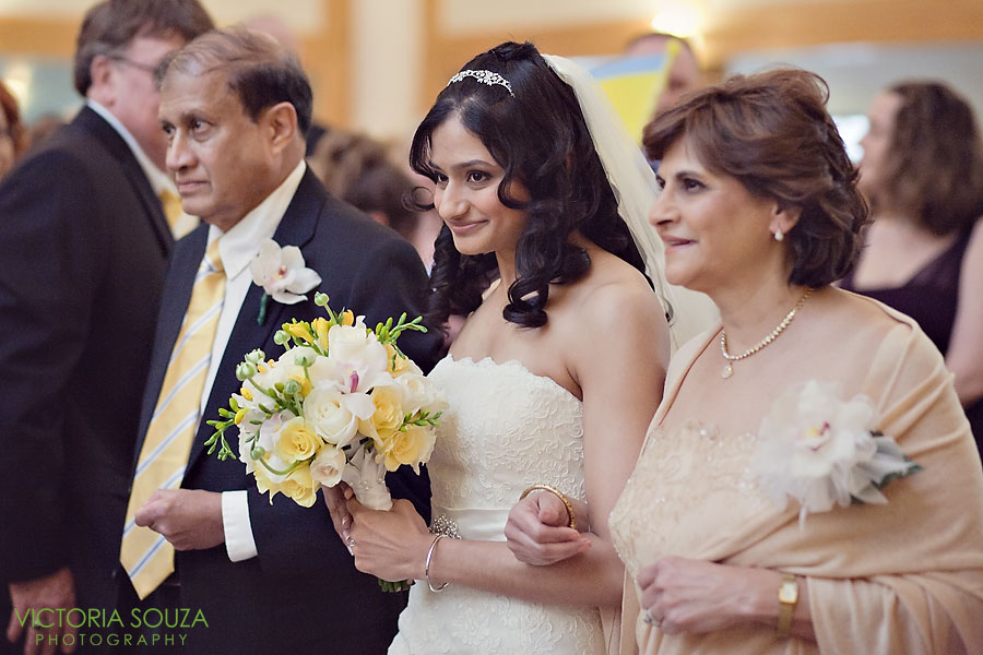 Candlewood Inn, Brookfield, CT Wedding Pictures Photos, Victoria Souza Photography, Yellow Bouquet, Best CT Wedding Photographer