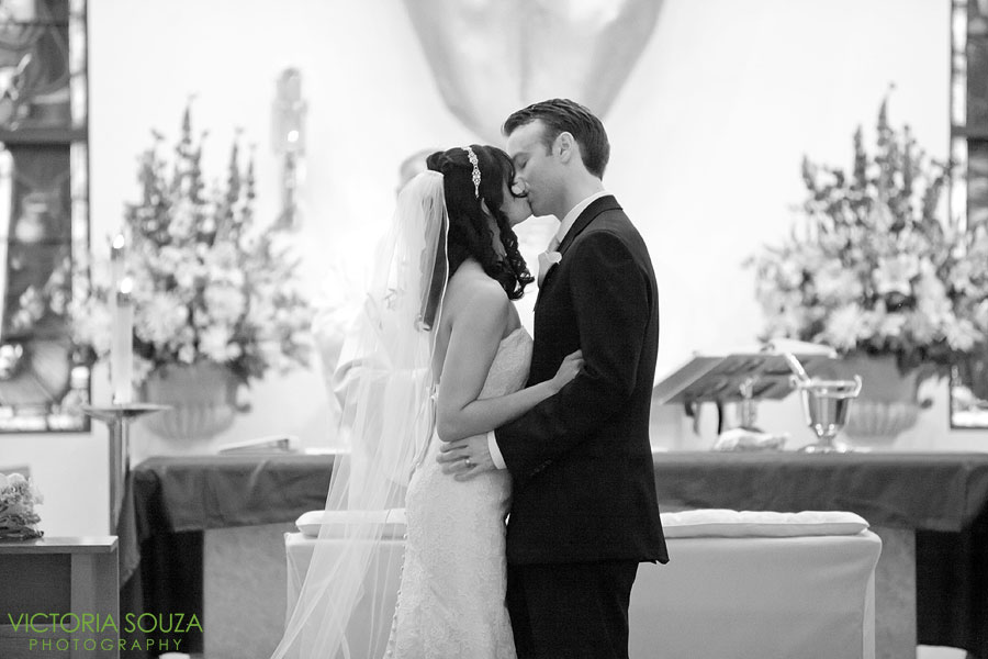 Candlewood Inn, Brookfield, CT Wedding Pictures Photos, Victoria Souza Photography, First Kiss, Best CT Wedding Photographer